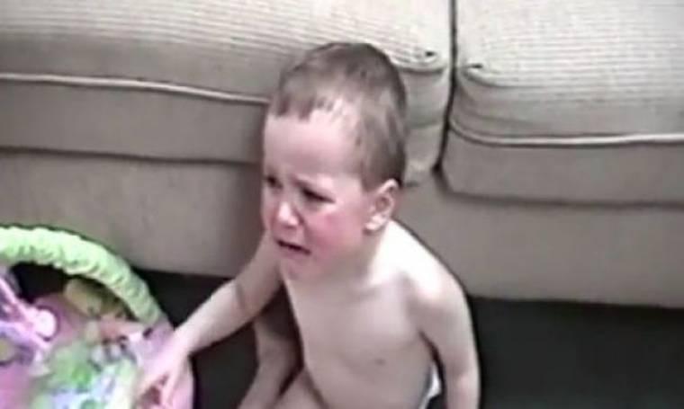Δεν φαντάζεστε τι έχει σκαρώσει αυτό το αγοράκι με θύμα τη μικρή του αδελφή! (βίντεο)