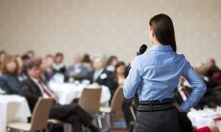 Πώς να δείχνετε περισσότερη αυτοπεποίθηση μπροστά σε κοινό