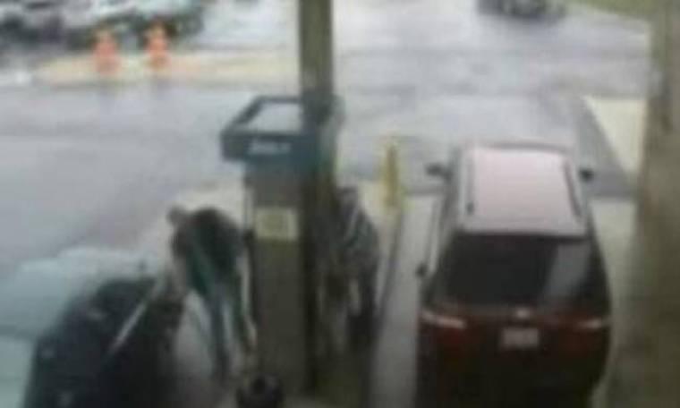 Δείτε τι έγινε όταν μία γυναίκα πάτησε ένα κουμπί σε βενζινάδικο (vid)