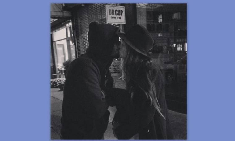 Καρβέλα-Πανουργιάς: Το τρυφερό φιλί μέσα στη μέση του δρόμου