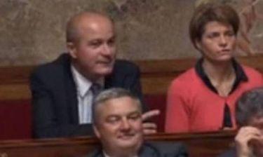 Πρόστιμο σε βουλευτή για σεξιστικό... κακάρισμα σε βάρος συναδέλφου