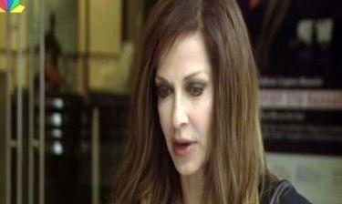 Η Άννα Βίσση φοράει ταυτότητα στον λαιμό της με την ημερομηνία γέννησης του εγγονού της