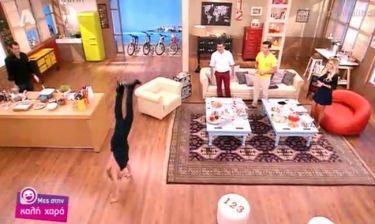 Η Κατερίνα Καραβάτου έκανε… ενόργανη γυμναστική στο πλατό του «Μες στην καλή χαρά»!