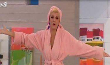 Η Σάσα Σταμάτη με ροζ μπουρνούζι στην πρεμιέρα!