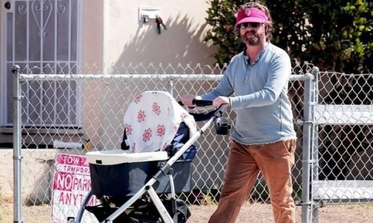 Η πρώτη βόλτα του Ζακ Γαλιφιανάκη με το νεογέννητο μωρό του!