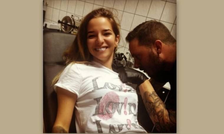 Εριέττα Κούρκουλου: Χτυπάει τατουάζ τώρα και το γουστάρει… (Nassos Blog)