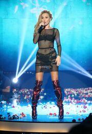 Φόρεμα από τα δίχτυα του ψαρά και ζώνη από το ριχτάρι του καναπέ της! Tragic εμφάνιση για την γνωστή τραγουδίστρια