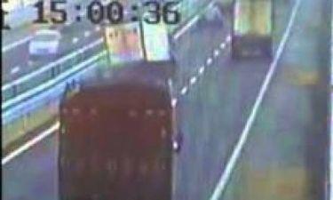 Βίντεο-ΣΟΚ: Οδηγός φορτηγού χάνει τον έλεγχο και σπέρνει τον πανικό