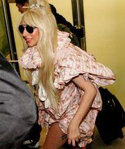 Τραγουδίστρια δείχνει το εσώρουχό της στο αεροδρόμιο!