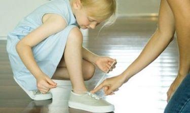 Πώς θα μάθει το παιδί να δένει τα κορδόνια του στο πι και φι;