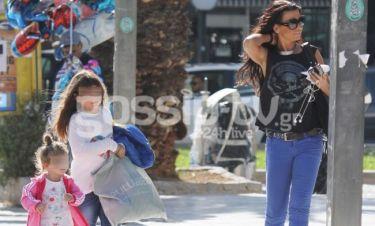 Νίνα Λοτσάρη: Βόλτα στην Γλυφάδα με τις κόρες της
