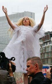 "Lady Gaga: Σαν ""μπομπονιέρα"" περπατά ξυπόλητη στο Βερολίνο!"