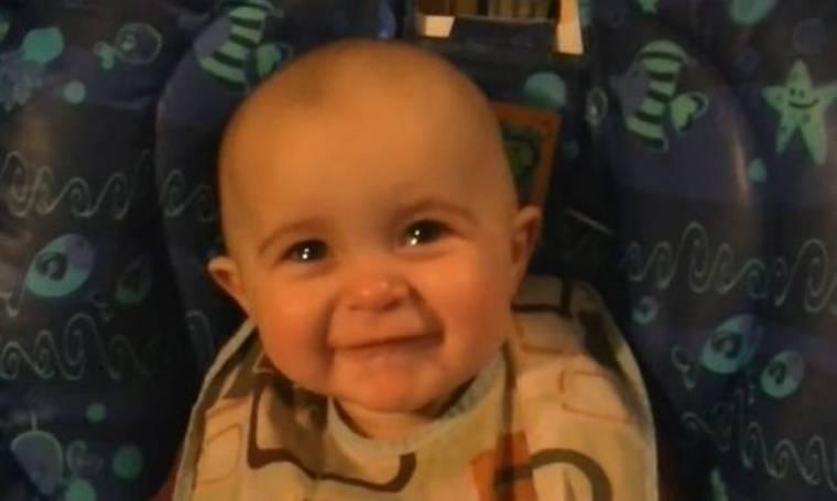 Οταν ένα μωρό δακρύζει με το τραγούδι της μαμάς του (βίντεο)