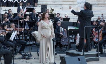 Ο οίκος Rita Pateroni έντυσε την Έλενα Κελεσίδη στην τελετή παράδοσης της Ολυμπιακής Φλόγας