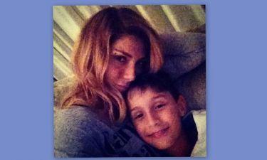 Η Ηλιάδη άβαφη ποζάρει αγκαλιά με τον γιο της