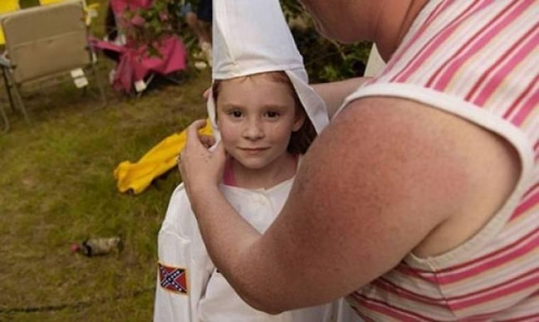 Μητέρα σόκαρε επιλέγοντας να ντύσει τον εφτάχρονο γιο της με τη στολή της Κου Κλουξ Κλαν! (βίντεο)