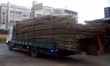 Πως ξεφορτώνεις ένα φορτηγό γεμάτο με bamboo; (βίντεο)