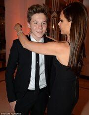 Ο πιο γοητευτικός συνοδός! Η Victoria Beckham συνοδευόμενη από τον γιο της σε λαμπερό event!