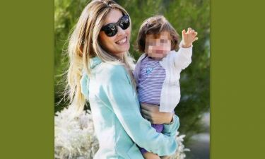 Μαριέττα Χρουσαλά: Αγκαλιά με την ενός έτους κόρη της, Μάργκω