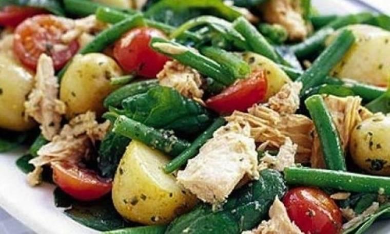 Υπέροχη ζεστή σαλάτα με πατάτες, τόνο και σάλτσα πέστο