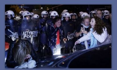 Η φωτογραφία με τον Βασίλη Παπακωνσταντίνου έξω από την ΕΡΤ κάνει το γύρο του διαδικτύου