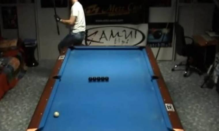 Απίστευτα κόλπα στο τραπέζι του μπιλιάρδου! (βίντεο)
