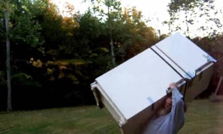 Απίστευτο βίντεο: 51χρονος σηκώνει ψυγείο σαν πούπουλο!