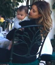 Οι πρώτες παπαρατσικές φωτογραφίες της κόρης της Kim Kardashian, North!