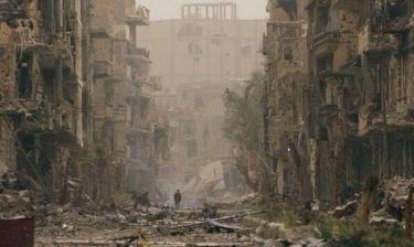 Σοκαριστική φωτογραφία! Παιδάκι μόνο μέσα σε ερείπια στην Συρία!