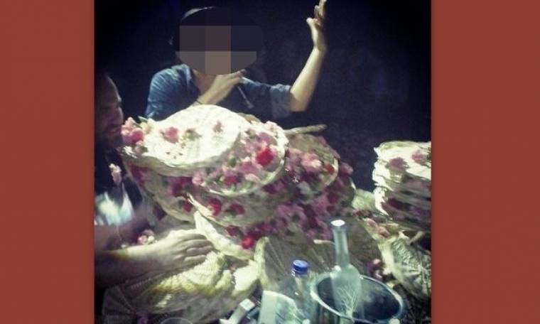 Ποιον τραγουδιστή «έχτισαν» χθες το βράδυ με λουλούδια;