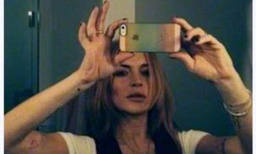 Ποιόν φωτογραφίζει στο κρεβάτι η Lindsay Lohan ενώ κοιμάται;