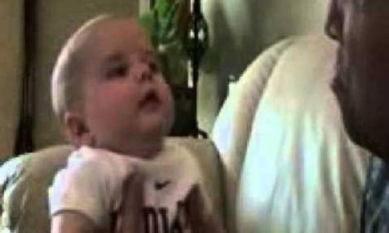 Τι κάνει ένα μωρό όταν βλέπει τον μπαμπά του να κλαίει; Δείτε το βίντεο!