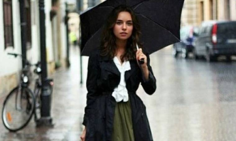 Η ενημερωμένη fashionista την βροχή δεν την φοβάται: Tips για άψογο φθινοπωρινό στυλ