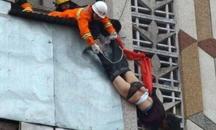 Έπιασε στον αέρα τη γυναίκα του που προσπάθησε να αυτοκτονήσει (pics)