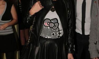 Ποια παρουσιάστρια δελτίου ειδήσεων φόρεσε σε νυχτερινή της έξοδο μπλούζα με την Kitty;