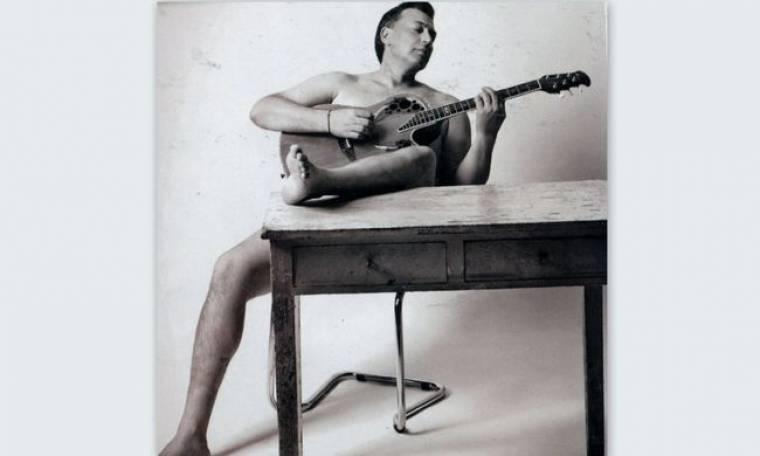 Ο Νίκος Μακρόπουλος παίζει την κιθάρα του γυμνός!