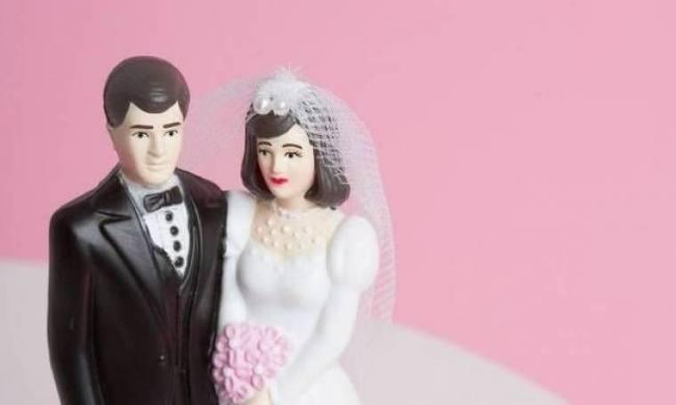 Η νύφη έγινε έξαλλη μόλις ο... «γαμπρός» της έπιασε το πόδι!