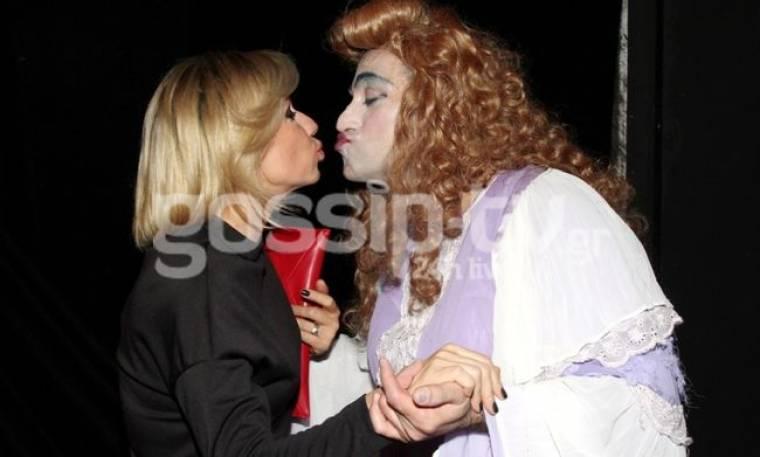 Ποια είναι η κυρία που φιλάει στο στόμα η Κατερίνα Καραβάτου;