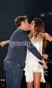 Πάολα-Μαζωνάκης: Το «καυτό» φιλί στο στόμα (Φωτό)