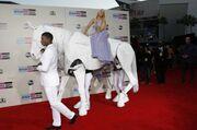 Lady Gaga: Εμφανίστηκε στο κόκκινο χαλί πάνω σε ένα ψεύτικο άλογο!