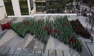 Δείτε το μεγαλύτερο «ανθρώπινο» χριστουγεννιάτικο δέντρο με 852 μαθητές από την Ταϊλάνδη (βίντεο)