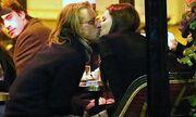 Τα καυτά φιλιά του Macaulay Culkin με μυστηριώδη μελαχρινή!