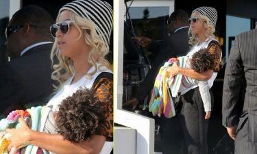 Beyonce: Με την κοιμισμένη κόρη της αγκαλιά!