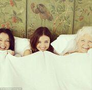 Δείτε τη Miranda Kerr με τη μητέρα της και τη γιαγιά της στο κρεβάτι!