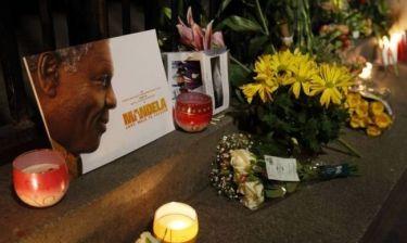 Θρήνος για τον χαμό του Μαντέλα. Με δάκρυα στα μάτια συγκεντρωμένο πλήθος έξω από το σπίτι του