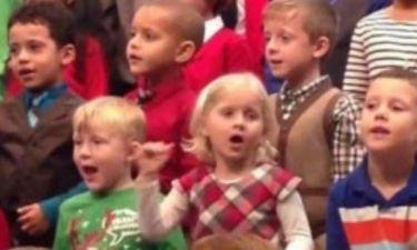 5χρονη τραγουδά στη νοηματική για τους κωφούς γονείς της! (vid)