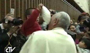 Αγοράκι κάνει καψόνια στον Πάπα! Δείτε το αστείο βίντεο με τον αδιαμαρτύρητο Ποντίφικα! (βίντεο)