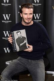 Ουρά... χιλιόμετρου για να πάρουν την αυτοβιογραφία του David Beckham