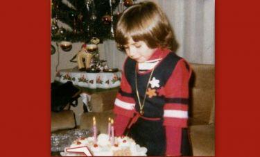 Ποιο παιδάκι σβήνει κεράκια με φόντο το χριστουγεννιάτικο δέντρο;