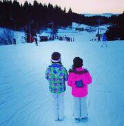 Δείτε την Πετρουλάκη να κάνει σκι με τις κόρες της